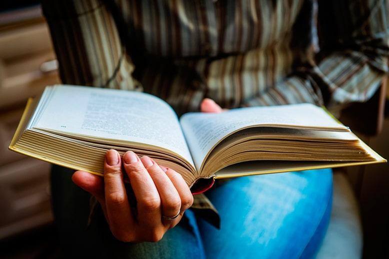 Ученица читает