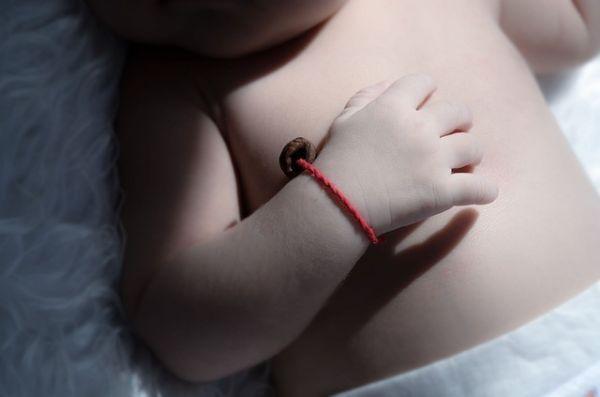 Красная нить на запястье у ребенка