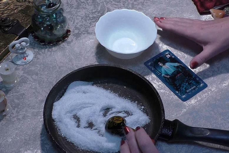 жарим соль на сковороде